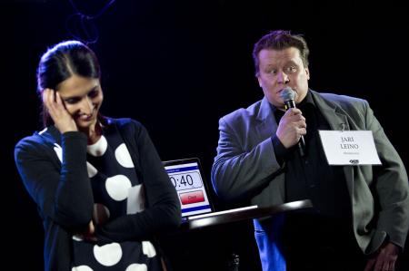 Nasima Razmyar (SDP) ja Jari Leino (Muutos 2011) keskustelevat maahanmuutosta. Stalinin väestönsiirrot mainittu.