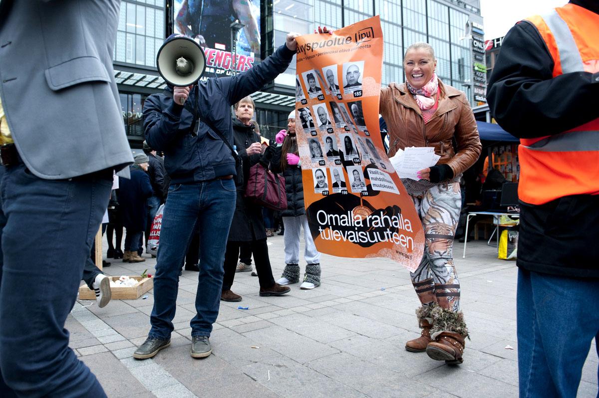 Fitnesspoliisi Marianne Kiukkonen (Itsenäisyyspuolue) kampanjoimassa Narinkkatorilla.