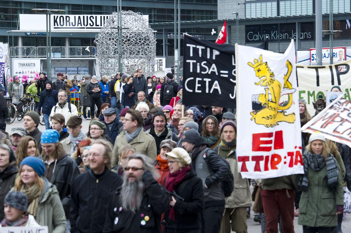 Kokoomuksen korjausliike ja TTIP-mielenosoittajat.