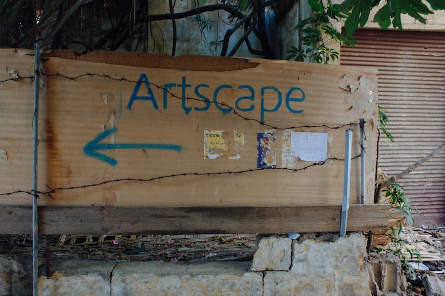 Artscapen naapurissa sijaitsee American University of Beirut. Opaskyltti ei ole ehkä houkuttelevin, mutta paikka vetää puoleensa ulkomaisia opiskelijoita.