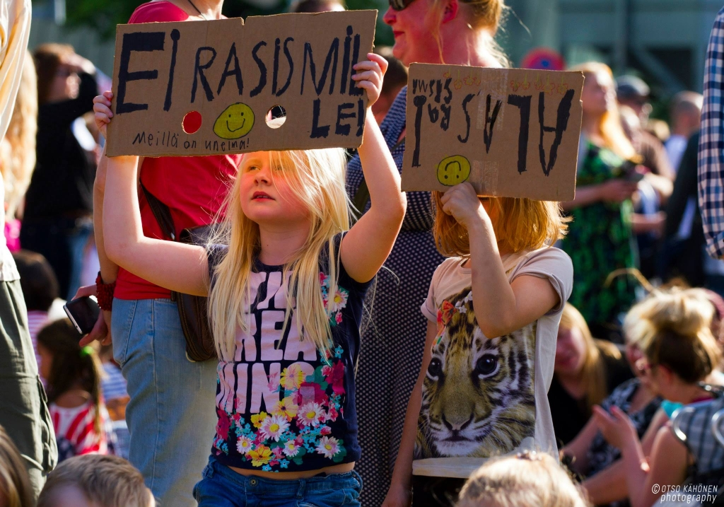 """Rasismin vastustaminen ei ole """"toinen äärilaita"""". Yhdenvertaisuus on ihmisoikeus. Sen puolustaminen on ihmisvelvollisuus."""
