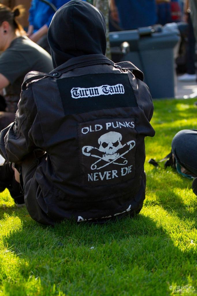 Epäilemättä vaarallinen anarkisti kylvää ympärilleen pelkoa ja vihaa. Nurmikolla istumisesta on vain pieni askel pyörätelineiden heittelyyn.
