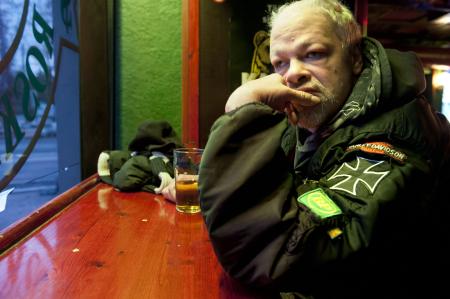 Pertti Kurikan nimipäivien laulusolisti Kari Aalto toisessa olohuoneessaan, Kallion Roskapankissa. Tällä kertaa tuopissa on alkoholitonta olutta.