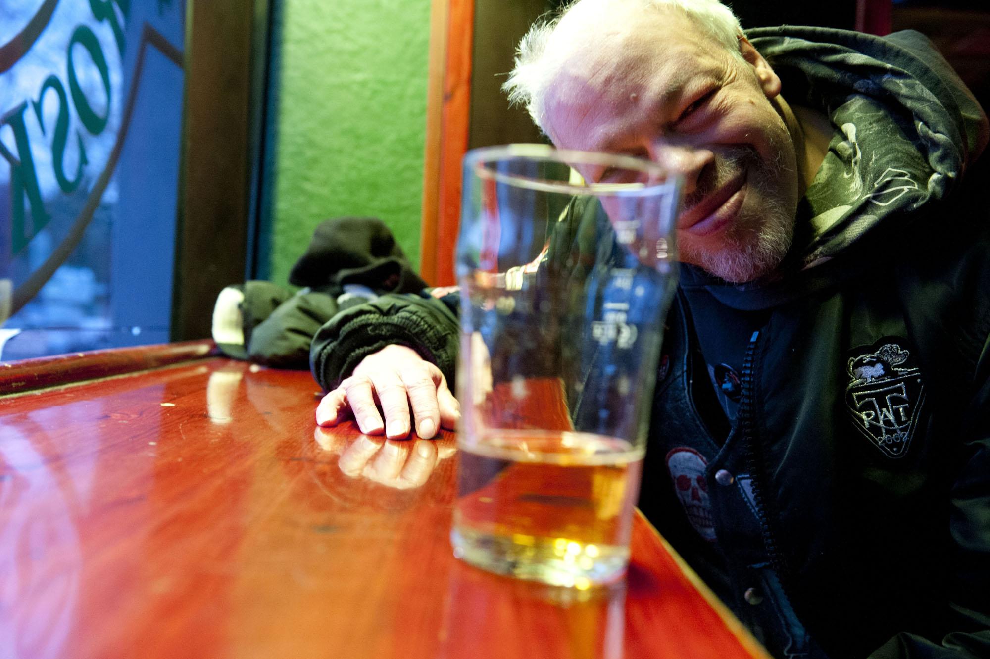 """Alkoholitonta olutta sisältävä tuoppi on vain rekvisiittaa. Oikeasti Kari on enemmän siiderimiehiä. Jos joku muu tarjoaa, hän juo mielellään viskikolaa, koska se on """"amerikanjuomaa"""". Usein mennään kuitenkin ihan vain kokis- tai kahvilinjalla."""
