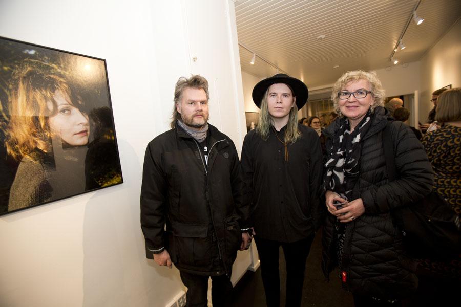 Crème de la crème: Sysmän kunnanhallituksen puheenjohtaja Mika Järvinen, taiteilija itte ja Sysmän kunnanjohtaja Marketta Kitkiöjoki.