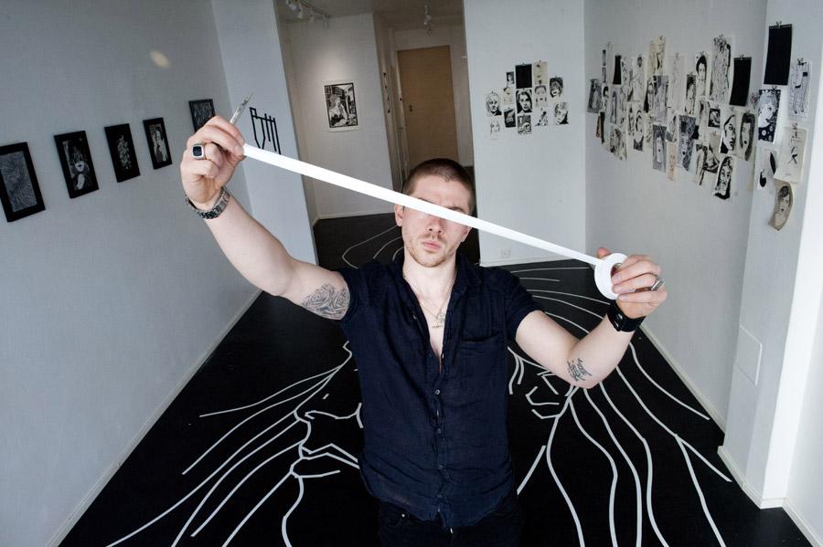 Lontoolainen Benjamin Murphy on omien sanojensa mukaan yksi maailman kuudesta ammattimaisesta teippitaiteilijasta. Hän täytti Creat Spacen kirjaimellisesti lattiasta kattoon.