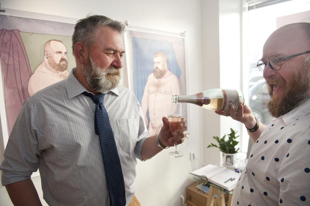 Charlie Hunterin ja Mike Wyeldin Loved-näyttely keräsi Pride-viikolla vieraita ympäri maailmaa. Kuvassa venäläisen ja virolaisen karhukansan edustajat.