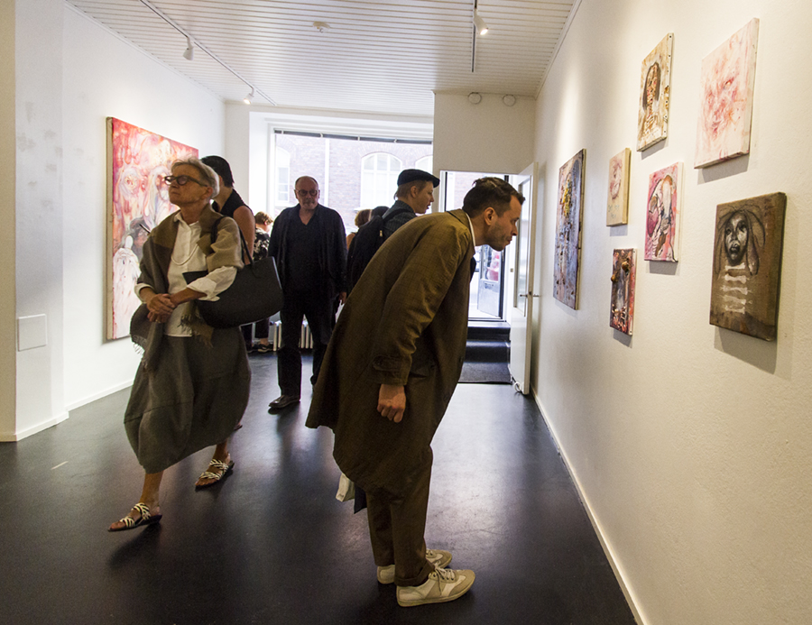 Jyrki Riekin viiden päivän pikanäyttelyssä kauppa kävi niin vilkkaasti, että taiteilija itsekin hämmästyi.