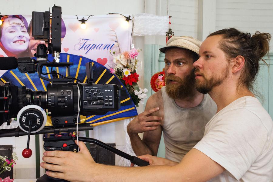 Ohjaaja-näyttelijä Mika Rättö ja kuvaaja-leikkaaja Sami Sänpäkkilä tarkastavat ottoa.