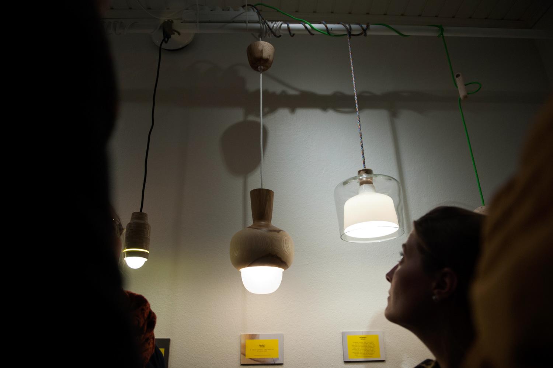 Monialataiteilija Nikolo Kerimov ripusti Creat Spaceen muun muassa muotoilemiaan lamppuja.