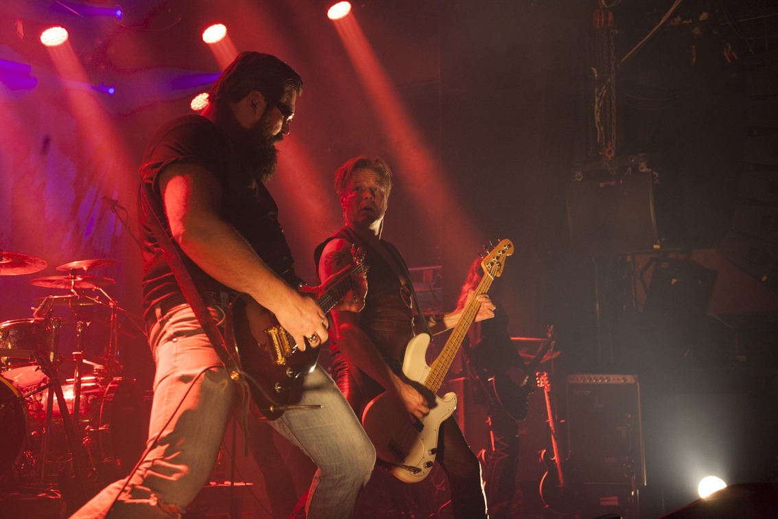 """Lavalla vieraili kitaravalleja tuplaamassa keravalaisen Road Crew -yhtyeen Aki Mäki-Kuhna, jolla on myös oma Jimsonweed-historiansa viime vuosituhannen lopulta. Nykyisen kokoonpanon basisti Ville Pelkonen tunnettiin aikoinaan nimellä """"Huumori-Ville""""."""