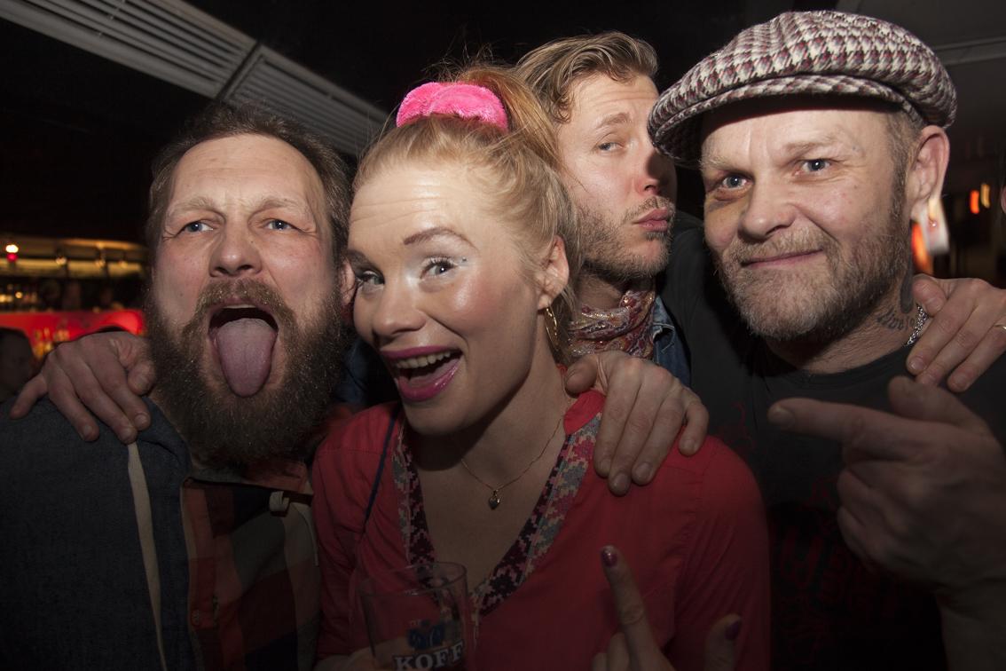 """Maria Järvenhelmi (toinen vasemmalta – stating the obvious) näytteli vuoden 2000 eräänlaiseksi ajankuvaksi paaluttuneessa elokuvassa Bad Luck Love, jonka soundtrackilla kuultiin Jimsonweedin Dark Sun -kappale. Notkea Rotta ja Liekehtivät Torsionit -yhtyeen riveissä hänen roolihahmonsa tunnettiin nimellä Meno-Anu. Liekehtivissä Torsioneissa rumpuja soitti Janne """"Teltta"""" Parviainen, joka korvasi Jimsonweedin kokoonpanossa alkuperäisen rumpalin Kimmo """"Kinde"""" Leskisen."""