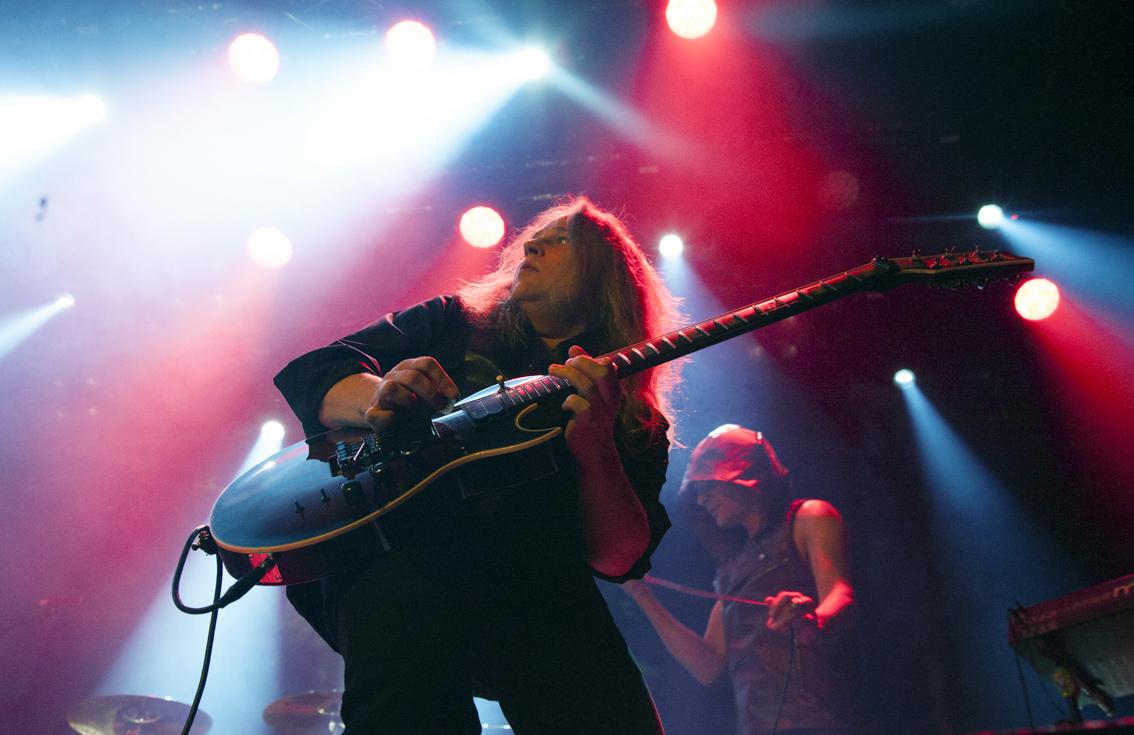 Sami Yli-Sirniö on soittanut kitaraa Jimsonweedin lisäksi muun muassa Brainwashin, Waltarin, Kreatorin ja Barren Earthin riveissä. Jimsonweedin alkuperäinen kitaristi Marco Kämäräinen menehtyi helmikuussa 2016. Tavastialla hänen henkensä oli läsnä paitsi säveltämiensä riffien myös lavan takaseinään heijastetun kuvan välityksellä.