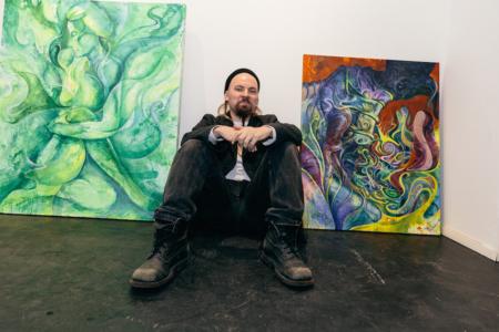 Pohjanmaan psykedeliamusiikkiskenen hovikuvittajan Olli Kiviluodon Psyykekarkkia-näyttelyssä maalausten pinnat väreilevät ilman huumausaineiden vaikutusta. Creat Spacessa on esillä hänen esikoisnäyttelynsä Helsingissä. Se sisältää muun muassa originaaleja Oranssi Pazuzun ja Kairon; IRSE!:n kansitaiteista.