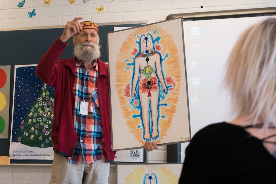 Jan-Mikael Maros esittelee eri chakrojen paikkoja.