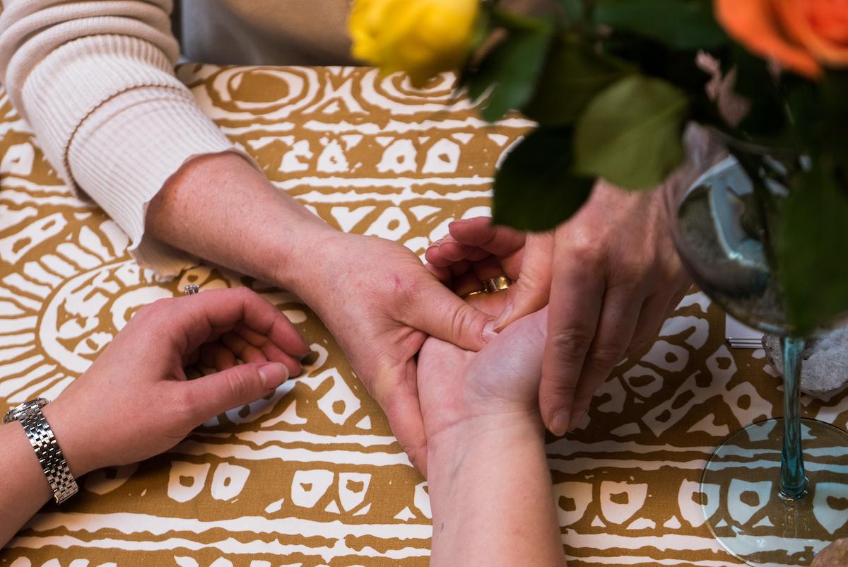 """Käsien hieromisen sanotaan vapauttavan oksitosiinia.  Wikipedian mukaan sitä """"erittyy seksuaalisen mielihyvän sekä eräiden hellyydenosoitusten, kuten halaamisen ja suutelun yhteydessä. Oksitosiinilla on todettu olevan pelkoa ja ahdistusta lieventävä vaikutus, minkä vuoksi sitä tutkitaan potentiaalisena lääkkeenä sosiaalisten tilanteiden pelkoon."""""""